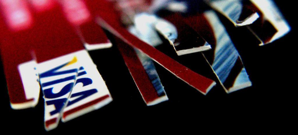 Een vliegticket zonder creditcard boeken? Wij leggen uit hoe dat kan.